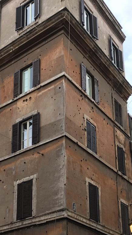 Byggnaden bär fortfarande tydliga spår efter skottlossningen