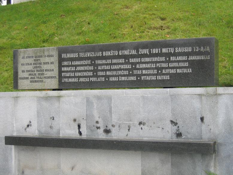 Minnesmonument med namnen på de som dog vid TV-tornet