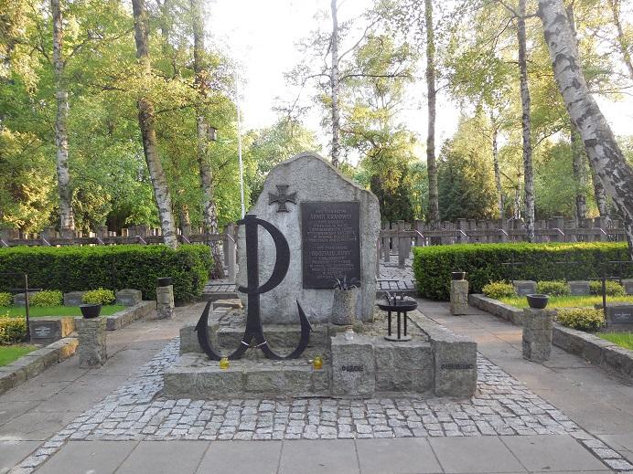 Ett av många minnesmonument på Warszawas krigskyrkogård