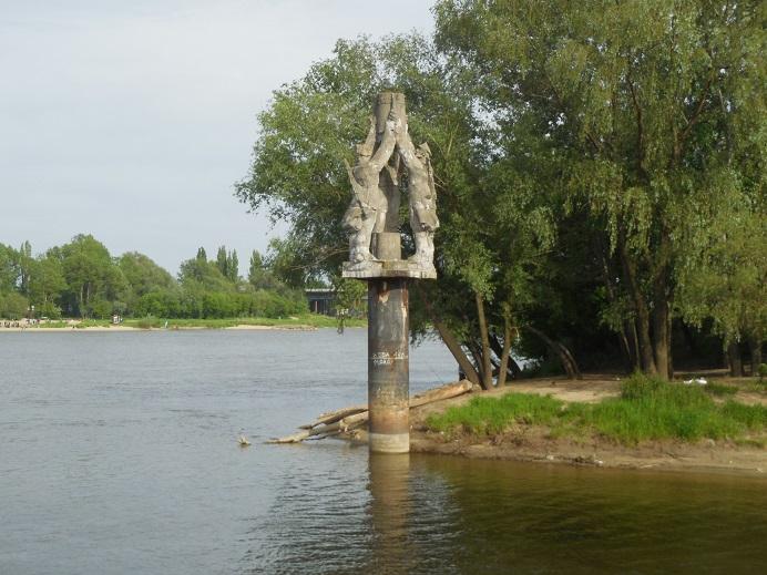 Monument till minne av minröjare på den västra sidan av floden Wisla