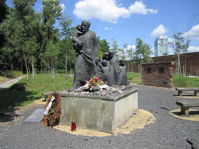 Janusz Korczak och barnen (judiska kyrkogården) (Korczak och 200 barn mördades i Treblinka i augusti 1942)