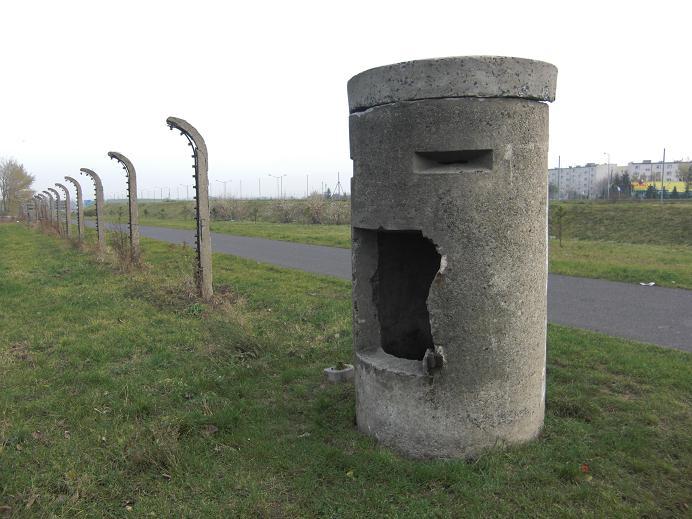 Vaktkur och lägerstolpar vid Gestapofängelset
